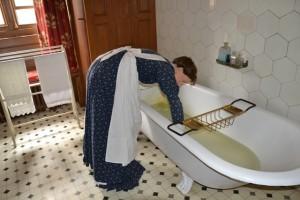 v koupelně s pradlenou