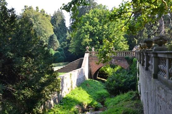 při procházce parkem narazíte na starý kamenný most