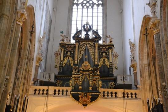 zády k oltáři