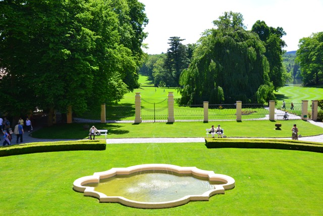 na úvod pohled ze zámku do zahrady, za plotem už je golfové hřiště - anglický park