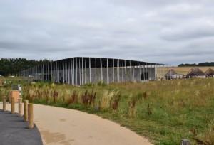 obrovská budova skrývá stánky s občerstvením i upomínkovými předměty a šikovně zakrývá výhled na Stonehenge