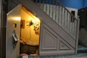 Skutečný přístěnek pod schody, ve kterém celý příběh Harryho Pottera začíná.