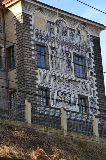 zámek má krásnou sgrafitovou výzdobu
