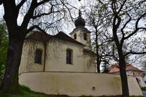 kostel svatého Petra a Pavla stojí nedaleko (jak jinak)